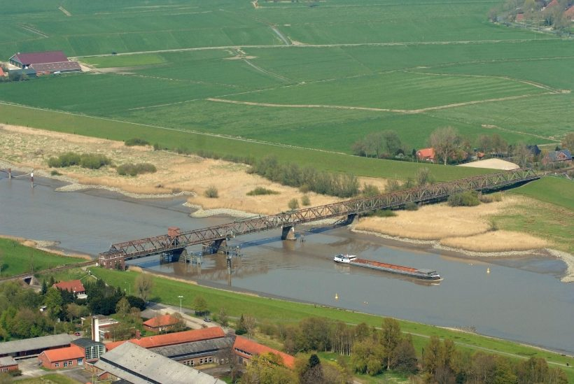 Agriculture, settlement, transport - just some of the uses along the Ems river in northwestern germany. Photo: Martina Nolte, license: Creative Commons CC-by-sa-3.0 de, https://commons.wikimedia.org/w/index.php?curid=25914775